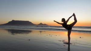 Cica haciendo yoga en la playa